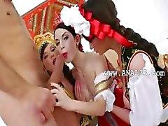 sexy lesbiennes testen van een enorme lul