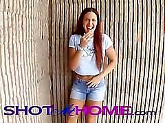 Hot Red Head Girl Friend speelt met kutje in het openbaar