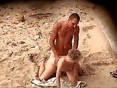 type avec un bite dure de rocher baise son copine sur la plage