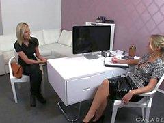 Blonden wichst sich Schwanz, während ihre Muschi lecken