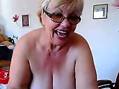 Di grassi Nonne mostra il suo petto