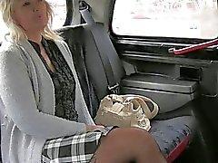 Maduras loura vai para um táxi