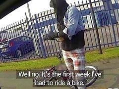 Fake Cop Hot Radfahrer mit großen Titten und süßen Arsch