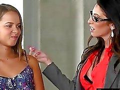 Milf раздевает подростку быть лесбийские действие с ней на диване