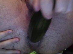 Spaß mit einer Gurke haben