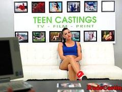 Casting tätowiert Teen anspritzen in Mund