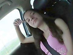 Menina de adolescente morena córnea Anita B furado no banco de trás