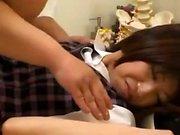 Сексуальная японка в униформе пополнялась в ее волосатой муфтовой дыре