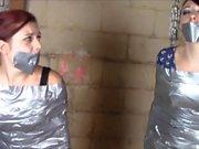 Irmãs Gagged in Bondage Mummification implora papai não para vendê-los
