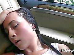 Beautiful любительская Трахаються в машине публично