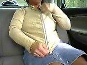 Rothaarige - BBW- Granny Freien in einem Auto nach zwei Kerle