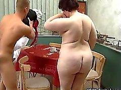Fat mogen kvinna som går galen sucking
