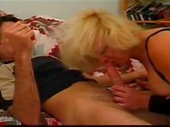 Oma Schlampe in Jeans immer assfucked