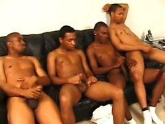 Bir sürü yakışıklı siyah adam birbirlerinin sopalarını okşuyor zevk