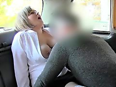 conducente naturale Busty Belle e affascinanti di bordatura taxi
