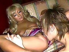 Rina de Aina en latex dress rouge de est penché sur l' une du lit