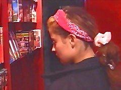 Petite morena jovem Raphaella Anderson brinca com ela mesma , em seguida, recebe perfurados