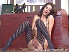 Brunetta sesso divinità che gode degli orgasmi multipli nel suo calze con striping