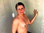 Brunette Shemale mit natürlichen Titten wichst von ihrem girly Hahn