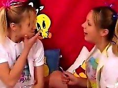 Perversa teen juega Juegos de instrucción traviesas utilizan pañales