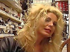 Di euro Sesso con suocera Alessandra Schiavo fucks alla venditore di scarpe
