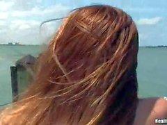 Jeune Alicia en lisière indique téton piercé de geai