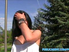 rumena PublicAgent sexy in pantaloncini stretti scopato nel un auto