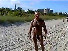 70-летний бодибилдер о нудистском пляже