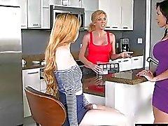 Hot Mama und Teen Babe je Fotzen auf der Couch pleasuring