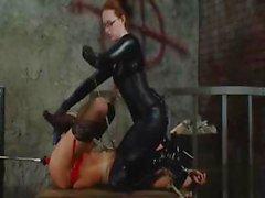 La esclavitud Hardcore con una amante torturándola esclava de con juguetes y el a sybian