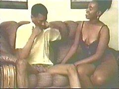 Ebony meisjes blazen pik op de bank en steeds gehamerd