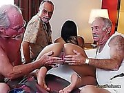 College-Babe Nikki Kay Ruft freaky mit alten Männern