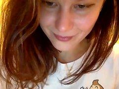 Linda menina adolescente brincando na webcam