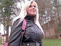 Reizvolle Blondine in den öffentlicher Toiletten für Bargeld gefickt zu