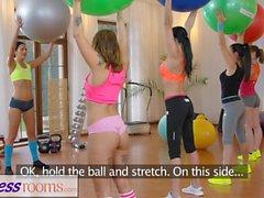 Fitness Palestra Milf e gli studenti hanno lesbiche bagnato