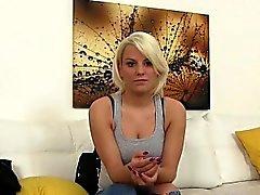 Shy блондинка студент Луция показана , как она могут обрабатывать Диком
