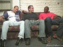 Hombres negros compartiendo un tipo blanco divertido