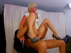 Dumme Blondine floozie entschied Sharon Stone in Basic Instinct zu impersonify und wurde von einigen wütenden Polizisten bestraft
