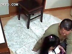 Asiatisch Babe bekommt ihrer sensiblen Löcher ficken neckte Rock geschaut