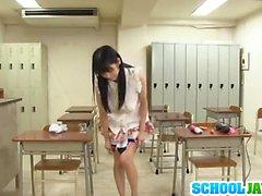 Rei de Mizuna emploie vibrateur dans la classe