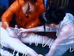 bondage stooge et la bite brûlées à la cire remous