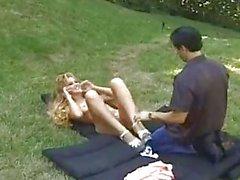 Tanga şehvetli sarışın onu koparmada outdoor delinmiş olur