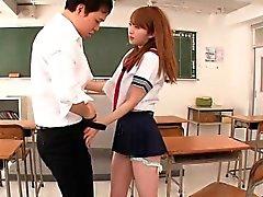 Colegiala japoneses facialized en sala de clase