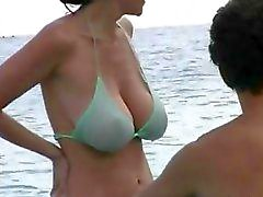 Heißer Milf bei Bikini am Strand