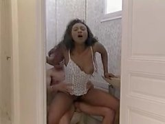 Musta tyttö saa hänen perse perseestä wc