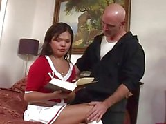 Kinky brunette shemale Birleşik Carmen Moore anal yatak üzerinde fucked