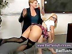 Strenge leraar straffen slecht meisje