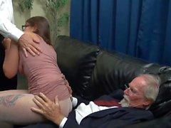 Die dominanten, älteren Bosse verhätscheln einen jungen Praktikanten ...
