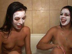 Zwei heiße Babes duschen zusammen