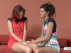 De Lesbos Natasha et le de Mia partageant un double gode